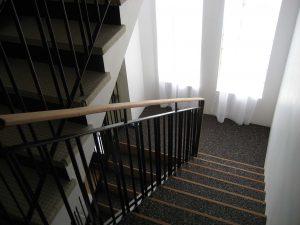 Escalier en fer avec rembarde en bois