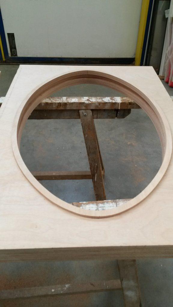 Menuiserie Oeil de boeuf taillé dans un panneau de bois