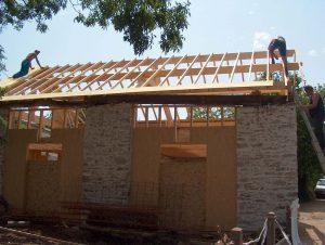 Charpente neuve sur maison en cours de rénovation