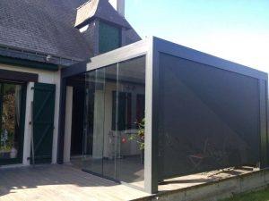 Pergola bioclimatique avec façade verre