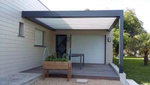 Pergola bioclimatique sur terrasse bois